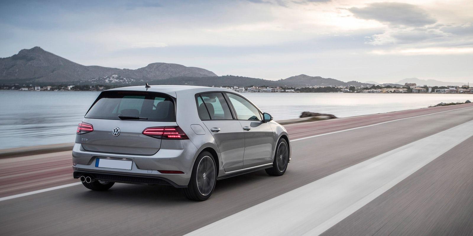 Grijze VW Golf op autoweg